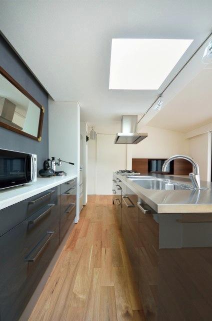 『小さな平屋』内部と外部の関係性を見出すFRPグレーチングの写真 IKEAのキッチンと背面収納