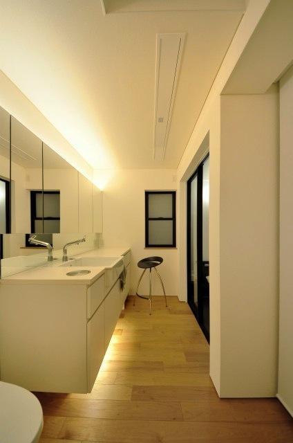 『小さな平屋』内部と外部の関係性を見出すFRPグレーチングの部屋 サニタリールーム