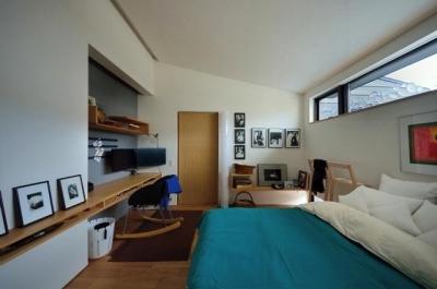海外風おしゃれベッドルーム (『小さな平屋』内部と外部の関係性を見出すFRPグレーチング)