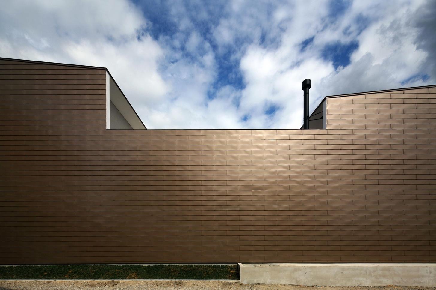 『凹[ou]』内と外の関係性を持つ住宅の部屋 モダンな外観-プライバシー確保