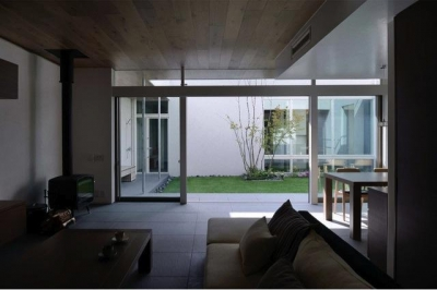 中庭と一体になるリビング (『凹[ou]』内と外の関係性を持つ住宅)