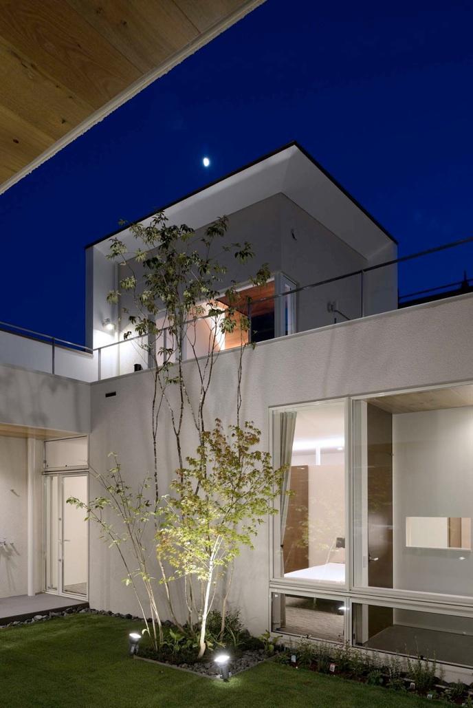 『凹[ou]』内と外の関係性を持つ住宅の部屋 中庭夜景-ライトアップ