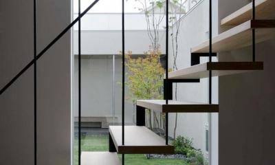 階段室より中庭を見る|『凹[ou]』内と外の関係性を持つ住宅