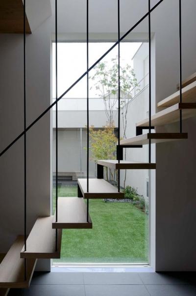 『凹[ou]』内と外の関係性を持つ住宅 (階段室より中庭を見る)