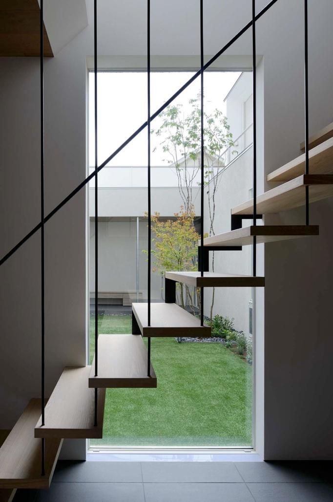 『凹[ou]』内と外の関係性を持つ住宅の部屋 階段室より中庭を見る