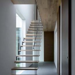 『凹[ou]』内と外の関係性を持つ住宅 (宙に浮いているようなスケルトン階段)