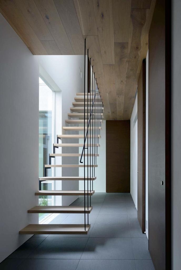 『凹[ou]』内と外の関係性を持つ住宅の部屋 宙に浮いているようなスケルトン階段