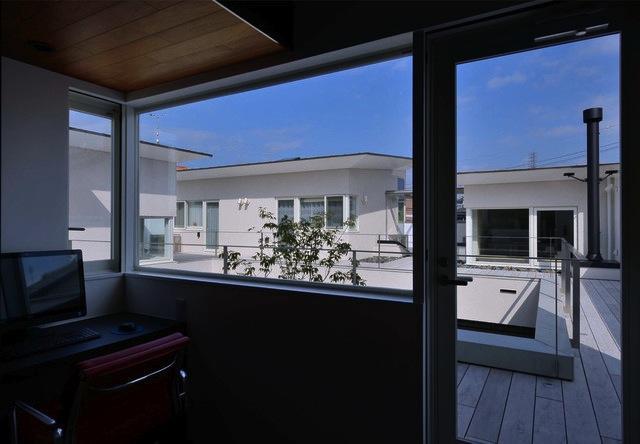 『凹[ou]』内と外の関係性を持つ住宅の部屋 開放的な書斎