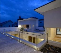 『凹[ou]』内と外の関係性を持つ住宅 (バルコニー夜景)