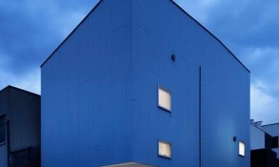 『big&small boxes』大きなハコの中に小さなハコをちりばめた家 (シャープな外観-夜景)