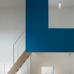 『big&small boxes』大きなハコの中に小さなハコをちりばめた家 (青い小さなハコと階段)
