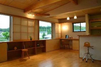 『和光の家1』木の質感溢れる温かな住まい (視界が広がるリビングダイニング)