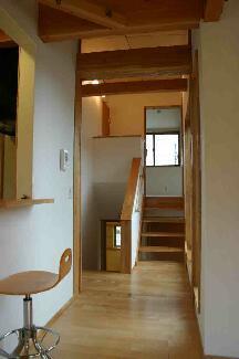『和光の家1』木の質感溢れる温かな住まいの部屋 スキップフロア