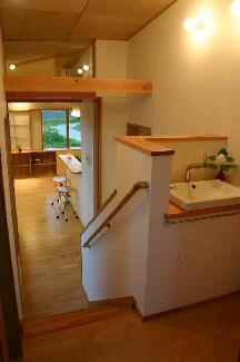 『和光の家1』木の質感溢れる温かな住まいの部屋 手洗いスペース
