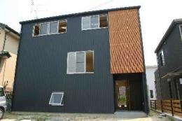 『半々階の家・黒』半階ずつ空間が繋がる楽しい住まい (半々階の家-外観1)