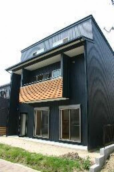 『半々階の家・黒』半階ずつ空間が繋がる楽しい住まい (半々階の家-外観2)