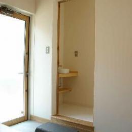 『半々階の家・黒』半階ずつ空間が繋がる楽しい住まい (土間-トイレ前には飛び石)