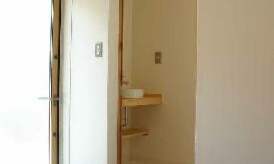 土間-トイレ前には飛び石|『半々階の家・黒』半階ずつ空間が繋がる楽しい住まい