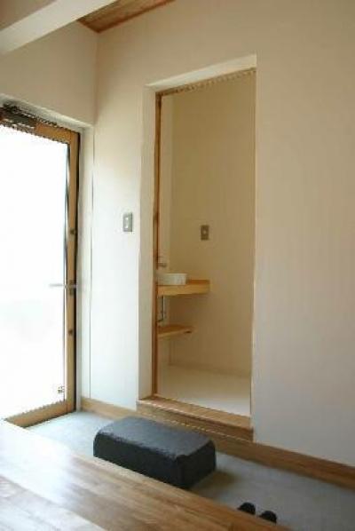 土間-トイレ前には飛び石 (『半々階の家・黒』半階ずつ空間が繋がる楽しい住まい)