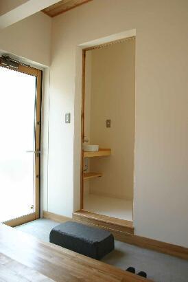 『半々階の家・黒』半階ずつ空間が繋がる楽しい住まいの写真 土間-トイレ前には飛び石