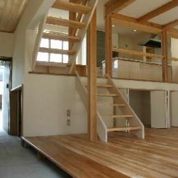 『半々階の家・黒』半階ずつ空間が繋がる楽しい住まい (ユニークな動線の通り土間)