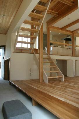『半々階の家・黒』半階ずつ空間が繋がる楽しい住まいの部屋 ユニークな動線の通り土間