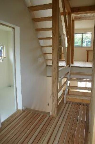 『半々階の家・黒』半階ずつ空間が繋がる楽しい住まい (スキップフロア)