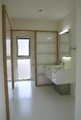 『半々階の家・黒』半階ずつ空間が繋がる楽しい住まい (白で統一された洗面室)
