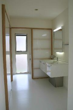 『半々階の家・黒』半階ずつ空間が繋がる楽しい住まいの部屋 白で統一された洗面室