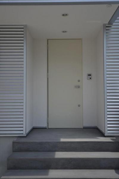N邸・充実したアウトドア空間 (白いドアのシンプルな玄関)