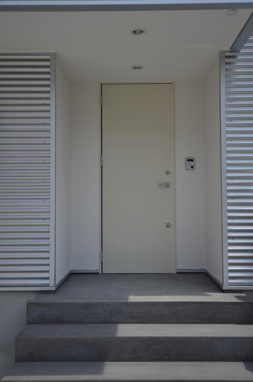 N邸・充実したアウトドア空間の写真 白いドアのシンプルな玄関