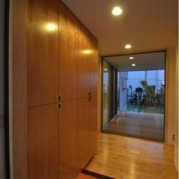 N邸・充実したアウトドア空間 (デッキ・庭が見通せる玄関)