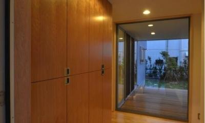 デッキ・庭が見通せる玄関|N邸・充実したアウトドア空間