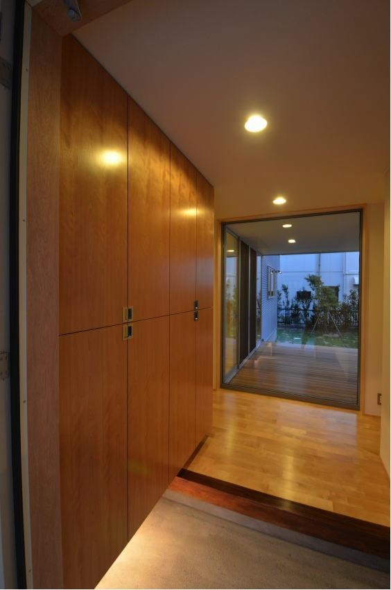 N邸・充実したアウトドア空間の写真 デッキ・庭が見通せる玄関