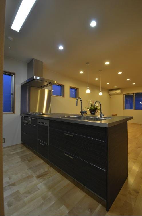 N邸・充実したアウトドア空間の写真 モダンなキッチン