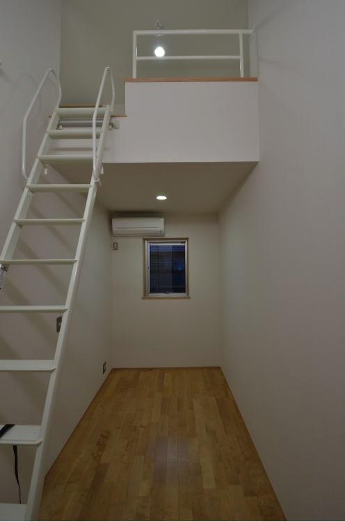 N邸・充実したアウトドア空間の写真 ロフト付きの寝室