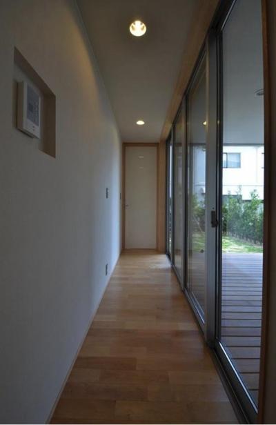 N邸・充実したアウトドア空間 (一面大開口の廊下)