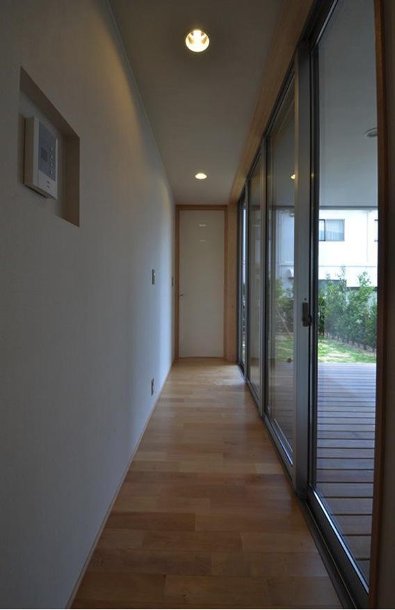 N邸・充実したアウトドア空間の写真 一面大開口の廊下