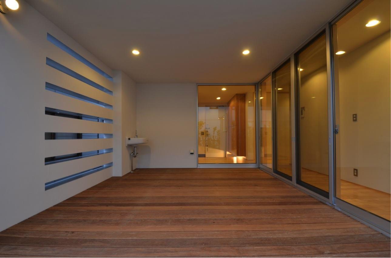 N邸・充実したアウトドア空間の写真 1階デッキ-アウトドアリビング