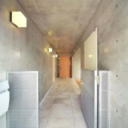 『坂の家』柔らかでナチュラルな住まい (コンクリートに囲まれたアプローチ)