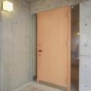 明るい木目の玄関ドア
