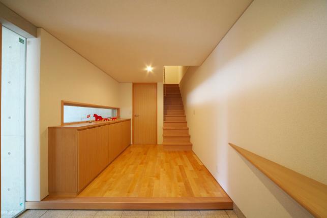 『坂の家』柔らかでナチュラルな住まい (開放的な玄関ホール)