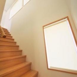 『坂の家』柔らかでナチュラルな住まい (明るい階段室)