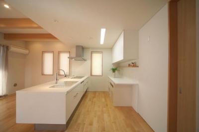 『坂の家』柔らかでナチュラルな住まい (白基調のキッチン)
