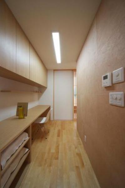キッチンとつながるワークスペース (『坂の家』柔らかでナチュラルな住まい)
