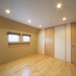 『坂の家』柔らかでナチュラルな住まい (落ち着きのある寝室)
