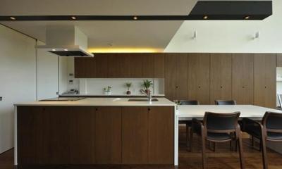 シンプルモダンなダイニングキッチン|『太陽と風の門』光と風と景色をとりこむシンプルモダン住宅