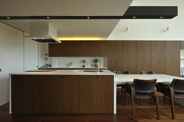 『太陽と風の門』光と風と景色をとりこむシンプルモダン住宅の写真 シンプルモダンなダイニングキッチン
