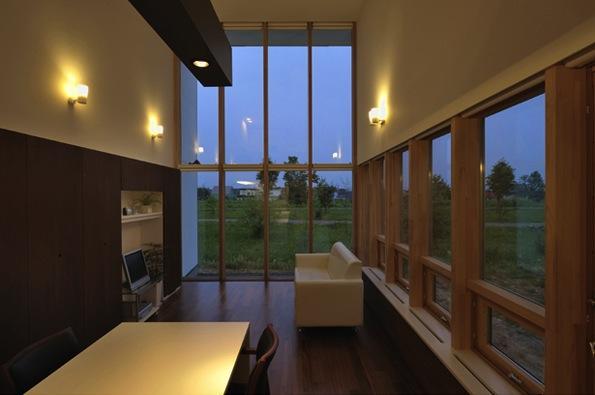 『太陽と風の門』光と風と景色をとりこむシンプルモダン住宅 (全面ガラス張り&吹き抜けのリビング)