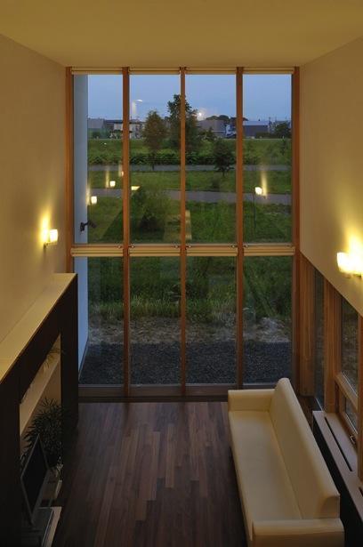 『太陽と風の門』光と風と景色をとりこむシンプルモダン住宅の写真 全面ガラス張り&吹き抜けのリビング-2